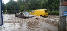 До уваги водіїв! У найближчі дві доби в Україні грози та сильні дощі, будьте обережні!
