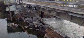 <strong>На Тернопільщині фури з піском та щебенем обвалили аварійний міст</strong>