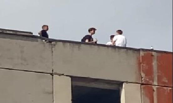 діти на даху будинку
