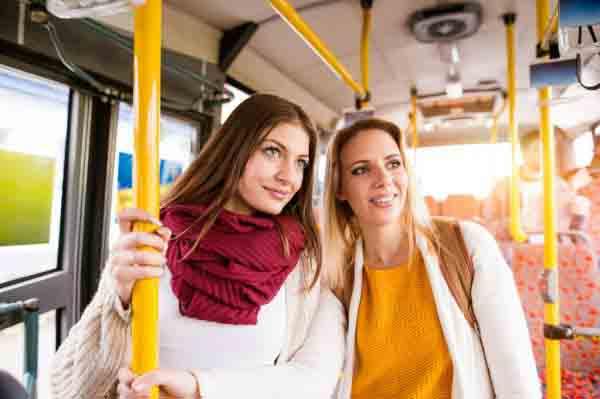 пасажири в автобусі, дівчата